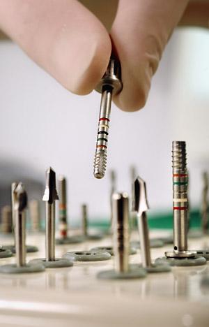 Bohrer für Implantate in der Zahnarzt-Praxis Guntermann, Olpe. Foto © Dietrich Hackenberg