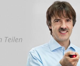 Wissen teilen - Zahnarzt und Oralchiruirg Peter Guntermann mit Beamer bei Fortbildungsveranstaltung. Foto © Dietrich Hackenberg