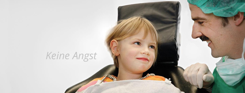 Keine Angst - Zahnarzt Peter Guntermann aus Olpe im Gespräch mit Kind. Foto © Dietrich Hackenberg