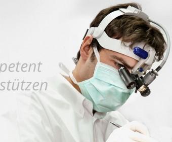 Kompetent Unterstützen - Oralchirurg Peter Guntermann aus Olpe mit Kopfmikroskop während OP. Foto © Dietrich Hackenberg