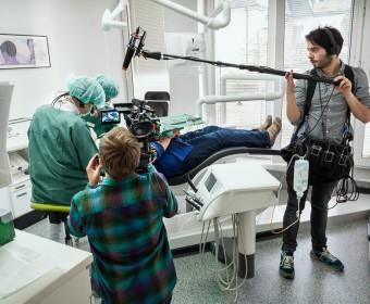 Zahnarztpraxis Peter Guntermann Olpe - Filmteam macht Aufnahmen des Auszubildenden Noel. Foto © Dietrich Hackenberg