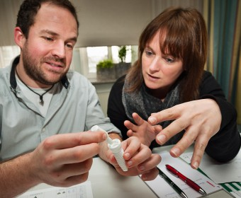 Zweiteiliges Zirkon-Implantat. Foto Dietrich Hackenberg